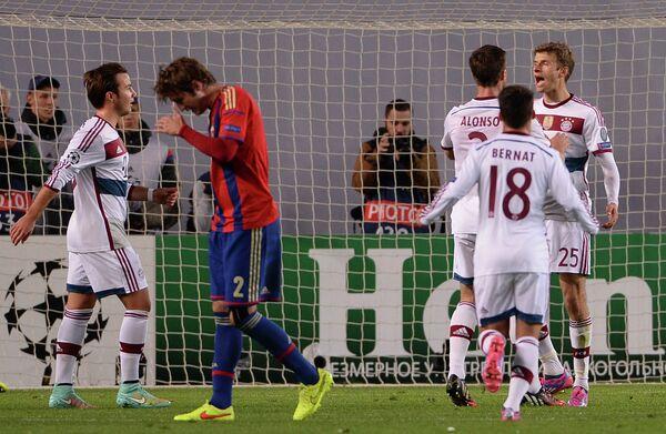 Нападающий Баварии Томас Мюллер (справа) радуются своему забитому голу