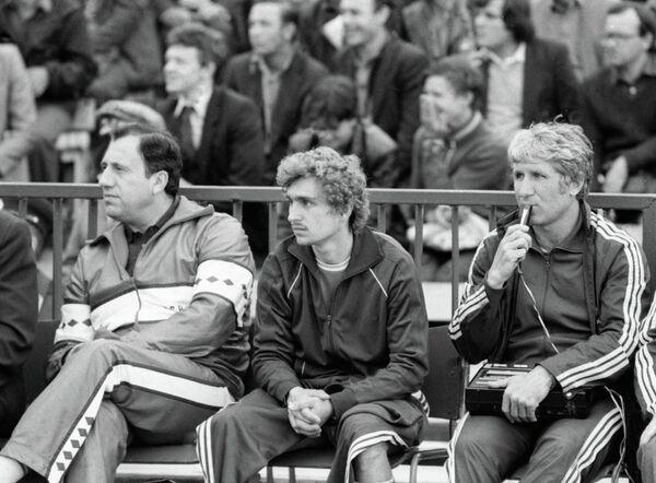 Нападающий футбольной команды Спартак Федор Черенков (в центре) наблюдает за матчем, сидя на скамейке запасных