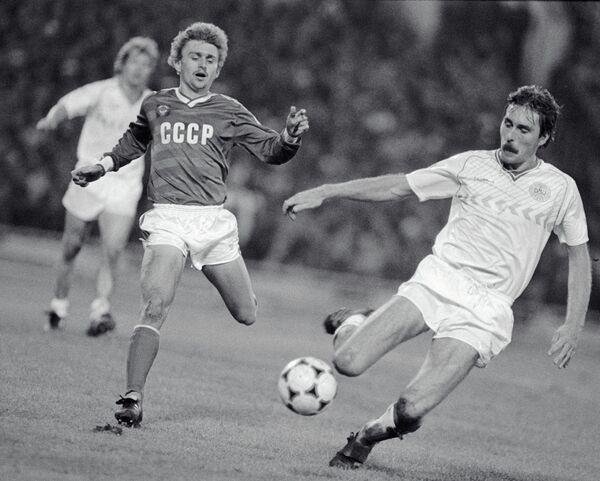 Футболист сборной СССР Федор Черенков (на первом плане слева)