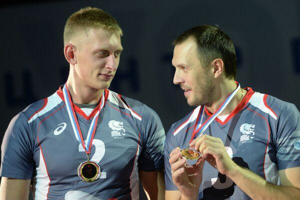 Волейболисты Белогорья Кирилл Макешин (слева) и Александр Косарев