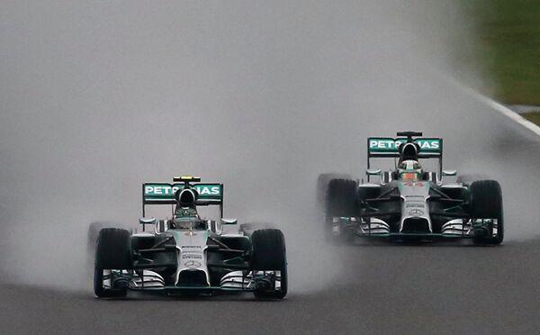 Пилоты Мерседеса Нико Росберг (слева) и Льюис Хэмилтон на дистанции Гран-при Японии