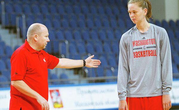 Главный тренер баскетбольной команды Спарта энд К Александр Васин (слева)