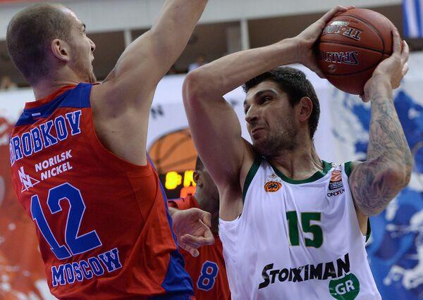 Форвард ПБК ЦСКА Павел Коробков (слева) и центровой Панатинаикоса Эстебан Батиста