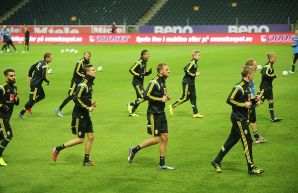 Игроки сборной Швеции по футболу на тренировке перед отборочным матчем чемпионата Европы 2016 со сборной России.