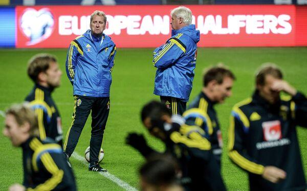 Главный тренер сборной Швеции по футболу Эрик Хамрен (третий слева) на тренировке.