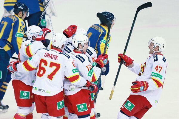 Хоккеисты Йокерита Вилле Лаюнен, Петр Коукал, Стив Мозес, Линус Умарк (справа налево) радуются забитой шайбе