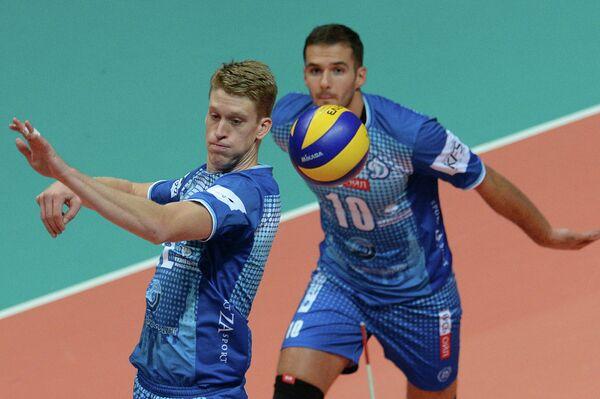 Волейболисты московского Динамо Максвелл Холт и Александр Маркин (справа)