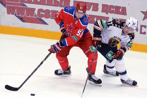 Форвард ЦСКА Игорь Фефелов (слева) и форвард Сочи Евгений Лапенков
