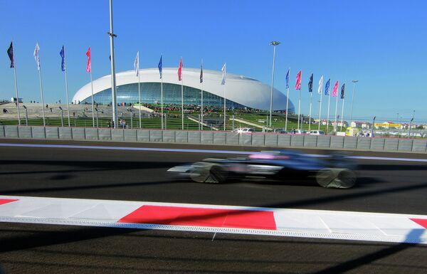 Болид в свободных заездах на российском этапе чемпионата мира по кольцевым автогонкам в классе Формула-1.