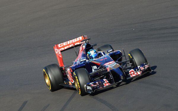 Гонщик команды Торо Россо Жан-Эрик Вернь принимает участие в квалификации.