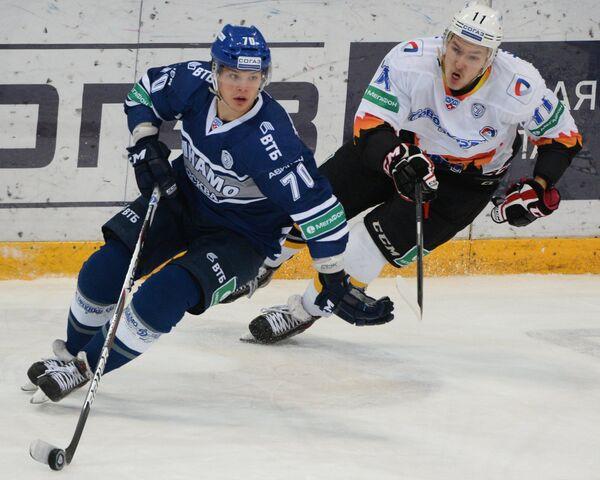 Защитник Динамо Глеб Корягин (слева) и форвард Северстали Сергей Купцов