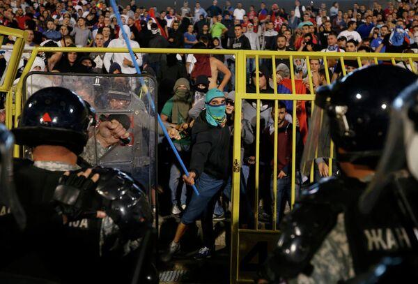 Сербские болельщики и полиция на матче Сербия - Албания