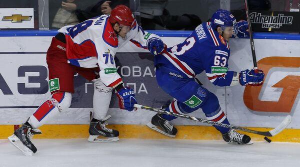 Нападающий ЦСКА Максим Мамин (слева) и нападающий СКА Евгений Дадонов