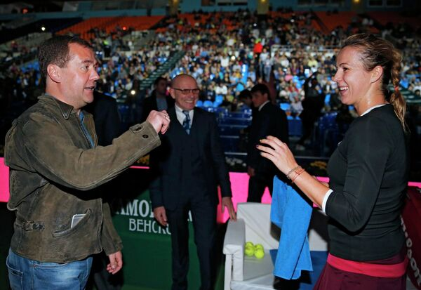 Председатель правительства РФ Дмитрий Медведев (слева) поздравляет российскую теннисистку Анастасию Павлюченкову