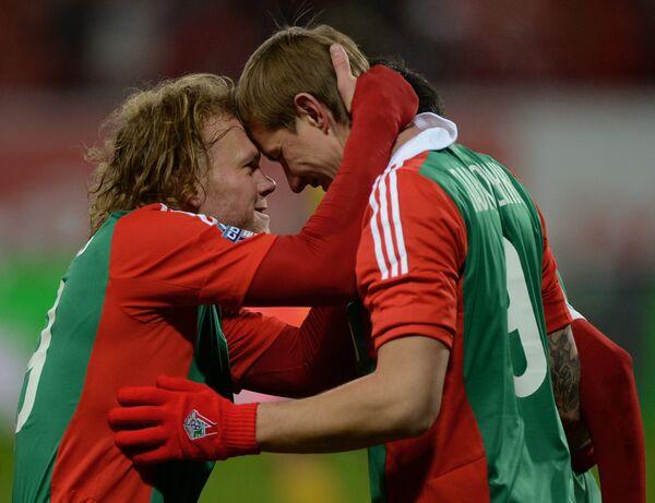Защитник Локомотива Виталий Денисов (слева) и форвард Локомотива Роман Павлюченко.
