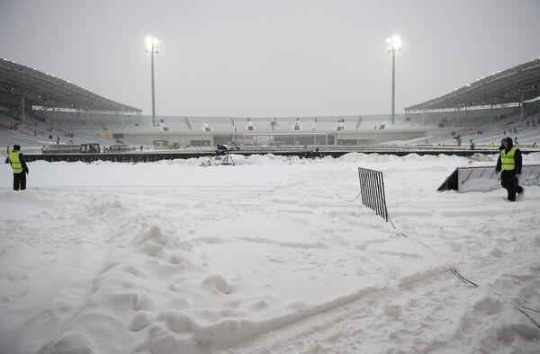 Очистка от снега футбольного поля перед матчем Урал - Спартак
