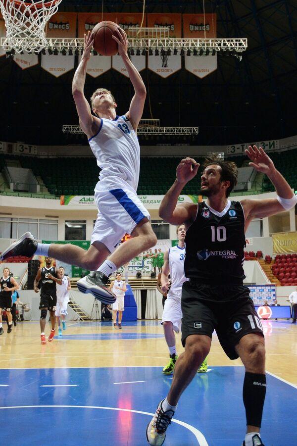 Защитник БК Зенит Артем Вихров (слева) и защитник БК Бешикташ Керим Тунчери