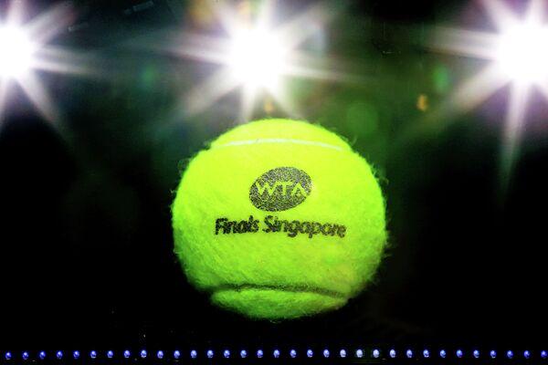 Теннисный мяч с эмблемой турнира перед началом финального матча итогового турнира Женской теннисной ассоциации