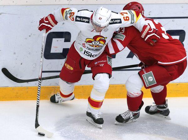 Форвард ХК Йокерит Линус Умарк (слева) и защитник ХК Витязь Иван Верещагин.