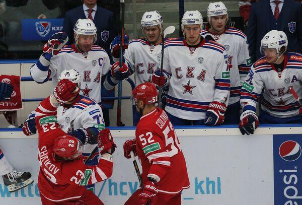 Хоккеисты Витязя Дмитрий Шитиков (слева) и Игорь Головков участвуют в конфликте с хоккеистами СКА.
