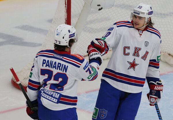 Хоккеисты СКА Артемий Панарин (слева) и Виктор Тихонов