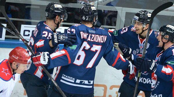 Хоккеисты Торпедо Юусо Хиетанен, Сакари Салминен, Дмитрий Казионов и Яркко Иммонен (справа налево) радуются заброшенной шайбе