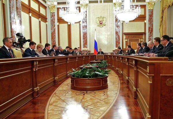 Председатель правительства России Дмитрий Медведев (в центре) проводит в Доме правительства совещание с членами кабинета министров РФ