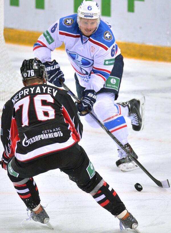 Защитник ХК Лада Дмитрий Воробьев (справа)