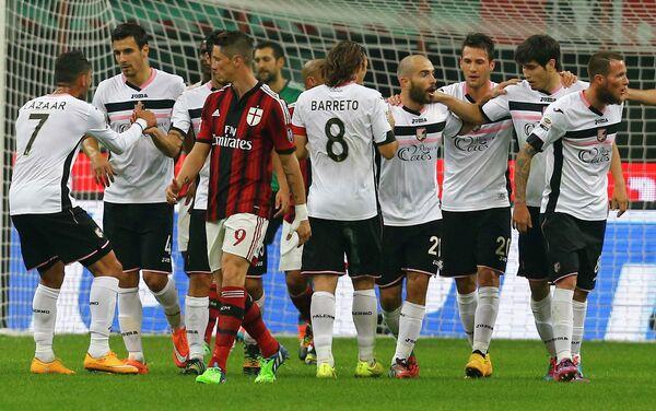 Футболисты Палермо празднуют победу в матче с Миланом
