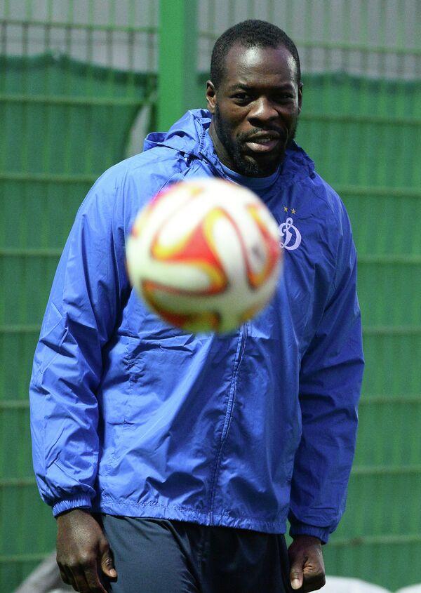Защитник Динамо Кристофер Самба на тренировке.