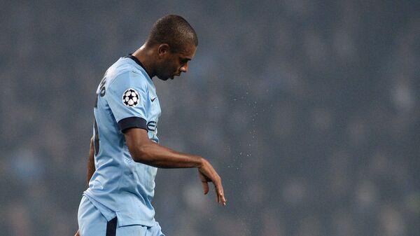 полузащитник Манчестер Сити Фернандиньо покидает поле после получения красной карточки.