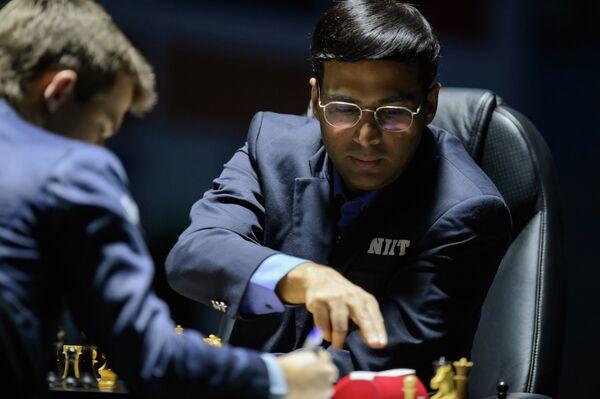 Индийский гроссмейстер Вишванатан Ананд в первой партии матча за звание чемпиона мира по шахматам против обладателя титула Магнуса Карлсена в Сочи