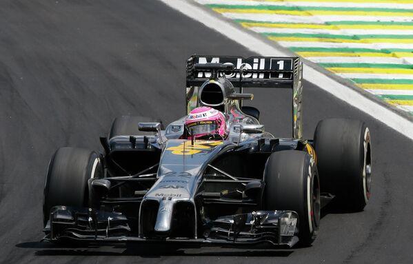 Пилот Макларена Дженсон Баттон на дистанции Гран-при Бразилии