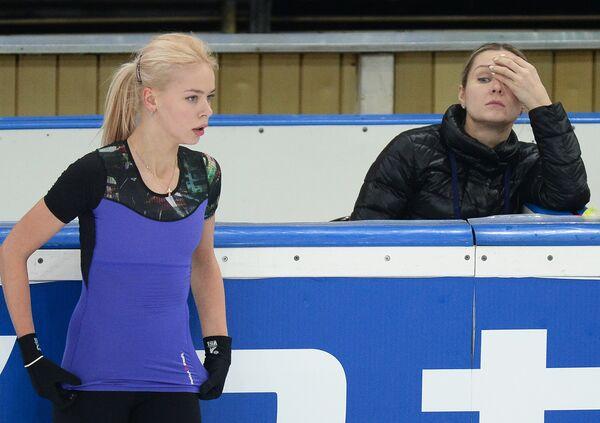 Российская фигуристка Анна Погорилая. Справа - тренер Анна Царева