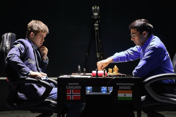 Слева направо: шахматисты Магнус Карлсен (Норвегия) и Вишванатан Ананд (Индия)