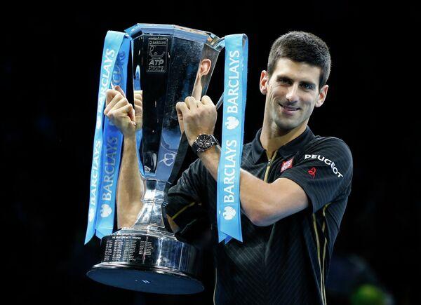 Новак Джокович с кубком за победу на итоговом турнире года ATP
