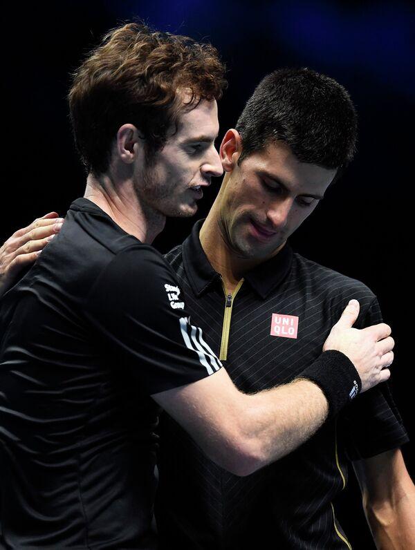 Энди Маррей и Новак Джокович по окончании выставочного матча на итоговом турнире года ATP