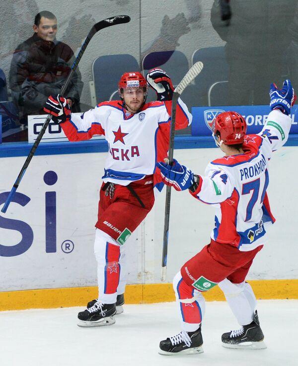 Хоккеисты ЦСКА Ян Муршак (слева) и Николай Прохоркин