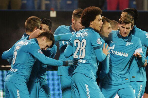 Футболисты Зенита радуются забитому голу.