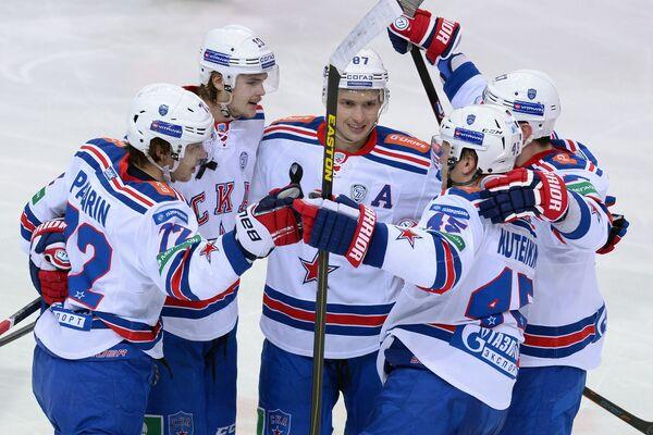 Хоккеисты СКА радуются заброшенной шайбе.