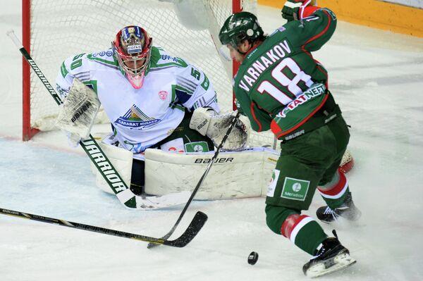 Вратарь Салавата Юлаева Владимир Сохатский (слева) и нападающий Ак Барса Михаил Варнаков.