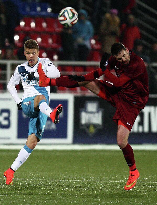 Игрок ФК Зенит Олег Шатов (слева) и игрок ФК Мордовия Дамьен ле Таллек.
