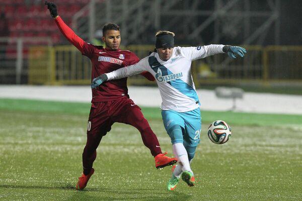 Игрок ФК Зенит Виктор Файзулин (справа) и игрок ФК Мордовия Ричард Данило.