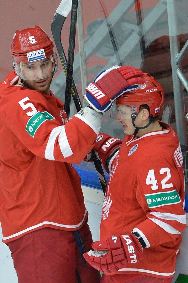 Игроки ХК Витязь Алексей Семенов и Антон Королев (слева направо)