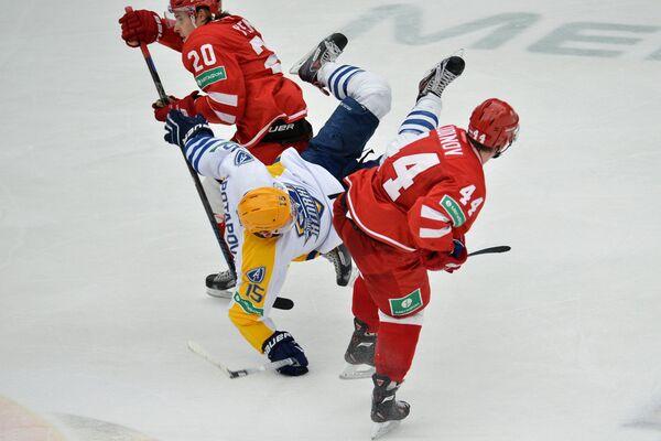 Игроки ХК Витязь Марио Кемпе (слева) и Роман Кудинов (справа) и форвард ХК Атлант Максим Потапов