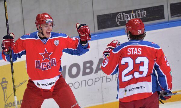 Нападающие ЦСКА Максим Мамин (слева) и Андрей Стась