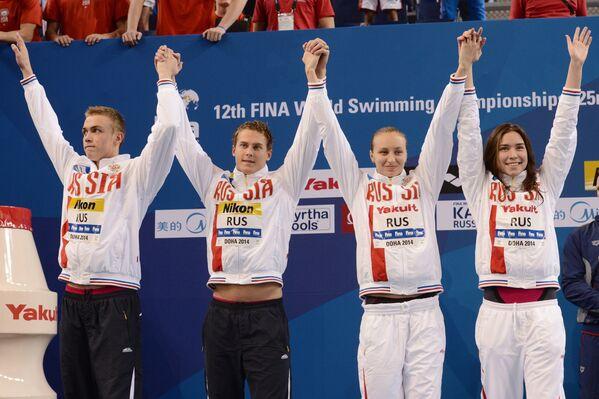 Российская команда, завоевавшая серебряные медали на дистанции смешанной эстафеты 4х50 м вольным стилем