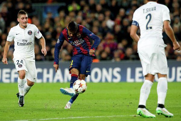 Форвард Барселоны забивает мяч в ворота Пари Сен-Жермен