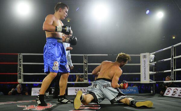 Российский боксер Федор Чудинов (слева)