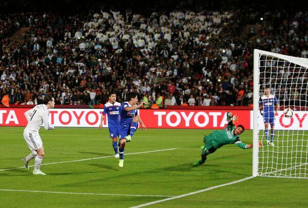 Полузащитник Реала Гарет Бейл (слева) забивает гол в ворота Крус Асуль
